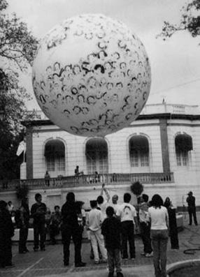 El juego con la pelota en Casa del Lago, 2000